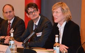 Die Hamburger Stadtentwicklungssenatorin Dorothee Stapelfeldt erläutert die Studie zum Wohnungsmarkt in der Metropolregion Hamburg. Links: Autor Henri Alkis Otto, HWWI, und Marco Lohmann, VNW.